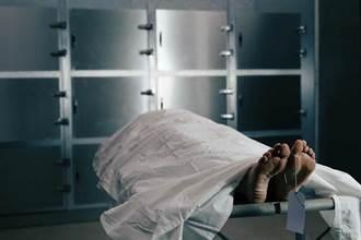 98歲嬤抱兒遺體痛哭 悲情場面震撼送行者