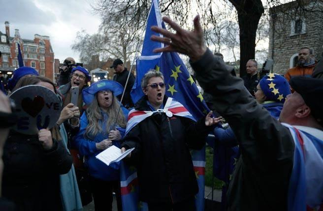 反對英國脫歐人士今天持續在國會場外抗議(圖/美聯社)