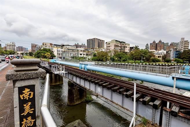 桃林鐵路沿線的油管路及南美街路幅未達8米寬,往來車輛會車困難,因此市府在整體考量規畫下,這次工程將微調路面配置。(甘嘉雯攝)