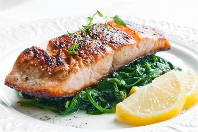 每天2株菠菜,搭配足夠油脂與魚類一起吃,葉黃素的吸收效果加倍。(達志)
