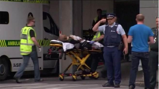 紐西蘭基督城15日爆發恐怖槍擊案。綜合外電報導,目擊者稱一名身穿軍服的槍手於當地下午1點40分,破門進入清真寺掃射,大批信徒驚慌逃亡到街上,目前傳已9死,至少40至50名民眾受傷。(路透社)