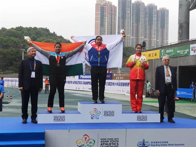 洪吉嫻(中)在香港亞青少田徑賽摘下女子鏈球金牌。(洪寶全提供)