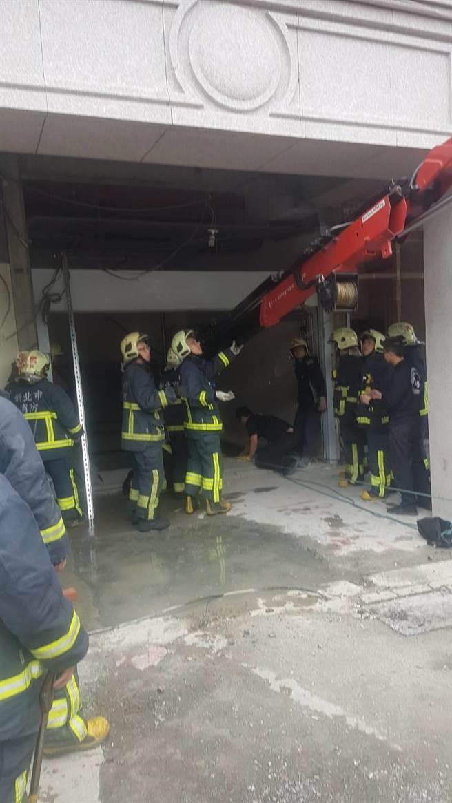 板橋一處工地發生工人墜落地下2樓意外。(吳家詮翻攝)
