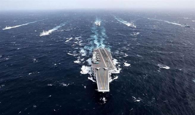 圖為中國大陸「遼寧」艦航母編隊進行跨海演訓的資料畫面。(中新社)
