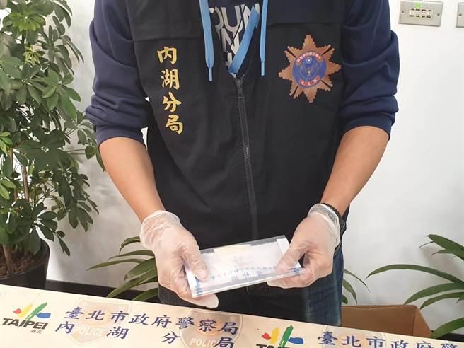 內湖分局警方清查贓物。(照片/游定剛 拍攝)