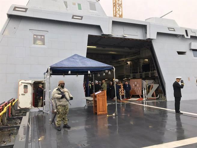 抵達加拿大訪問的美國海軍朱姆沃特號導彈驅逐艦停靠港口,派出的艦上衛兵體型肥胖臃腫而遭到媒體譏笑。(圖/鳳凰軍事)
