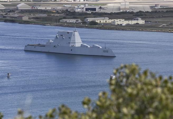 美海軍朱姆沃特號8日離開母港聖地牙哥前往加拿大訪問,為該艦服役以來首次海外部署。(圖/美國海軍)