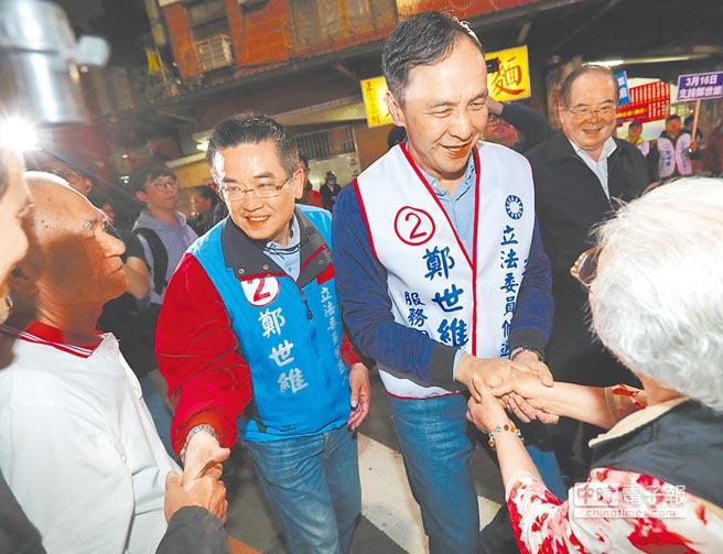 前新北市長朱立倫(右)14日陪同國民黨新北市三重立委補選候選人鄭世維(左)在三重夜市掃街拜票,爭取支持。(鄭任南攝)