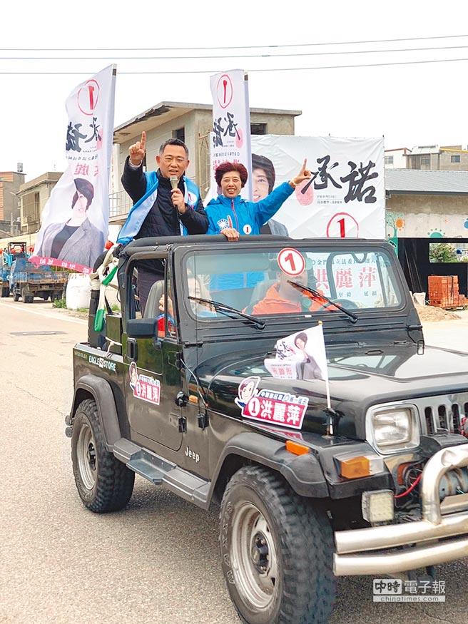金門立委補選進入倒數關頭,國民黨籍候選人洪麗萍(右)14日在縣長楊鎮浯(左)陪同下掃街拜票。(洪麗萍競選總部提供)