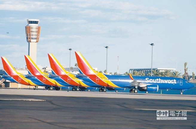美國聯邦航空管理局(FAA)13日宣布,在美國國內停飛波音737 MAX系列機型。圖為多架同型客機停在鳳凰城天港國際機場停機坪。(法新社)