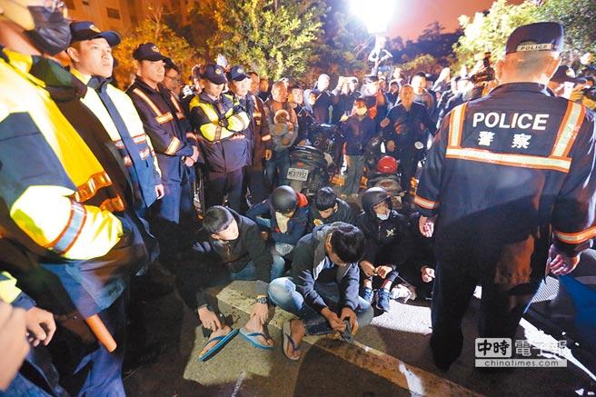 台南虐童案引發網民私刑正義包圍地檢署要找凶手討公道,地檢署14日以殺人等罪起訴虐殺女童3人,並求處無期徒刑。 (中央社)