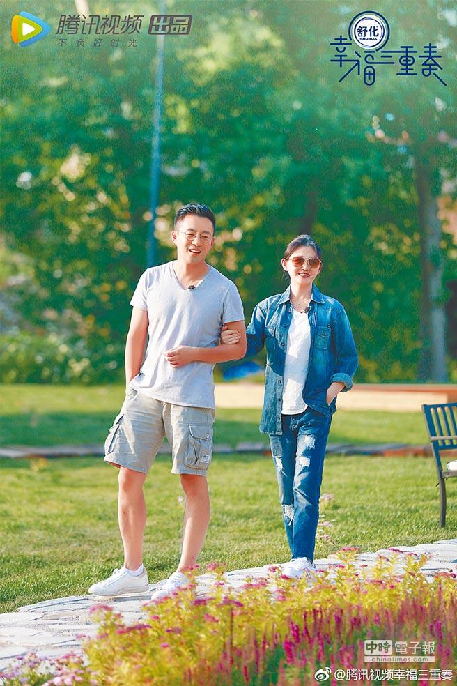 大S(右)去年和汪小菲一起上 《幸福三重奏》,分享2人之間有恩愛、有拌嘴的婚姻生活。(取材自微博)