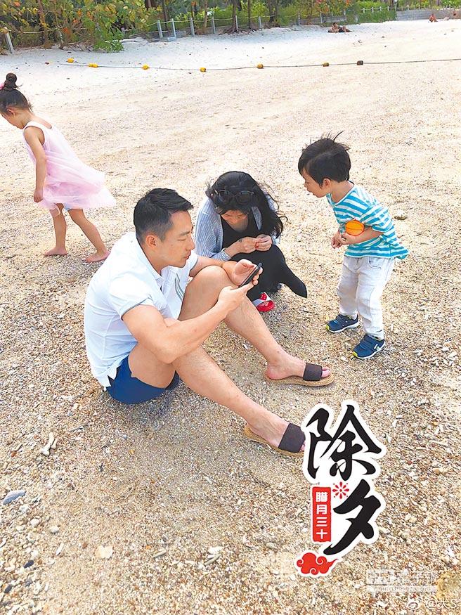 大S(右二)今年春節曾在微博分享老公汪小菲坐地上,陪伴兒女玩樂的家庭生活照。(取材自微博)