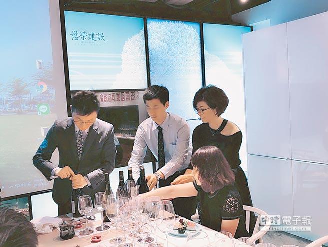懋榮建設日前邀請法國葡萄酒文化教育協會理事主席葉志堅(左一)教導客戶品酒課程,讓壽星度過一個知性、感性、尊榮的生日趴。圖/黃繡鳳