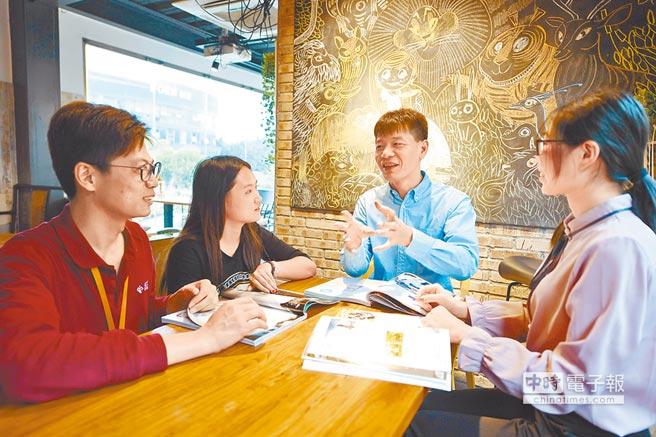 陸媒認為綠營正進行限制兩岸交流等「系統工程」。圖為福州台灣青年創業就業基地兩岸青年交流。(新華社)
