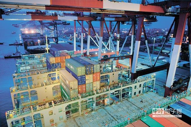 大陸遠洋貨輪啟程航向希臘、義大利、法國及西班牙。圖為2018年7月27日,「中遠荷蘭」號貨櫃船在上海洋山深水港進行裝卸作業。(新華社)