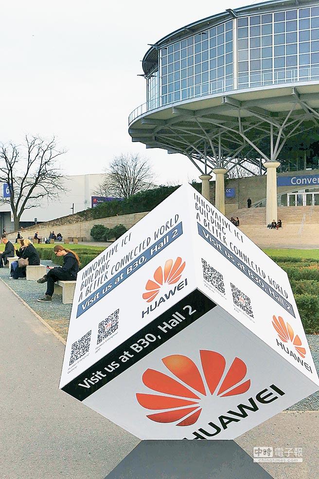2015年3月17日,德國漢諾威IT展擺放的華為宣傳海報立方體。(新華社)