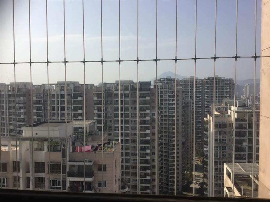 陽台附有隱形鐵窗,防掉落、跳樓。(圖/翻攝自臉書《爆怨公社》)