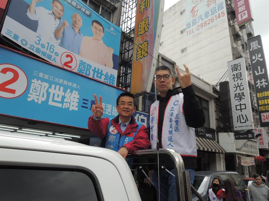 國民黨中央委員連勝文15日赴立委候選人鄭世維競選總部加油,並陪同搭車掃街拜票。(吳岳修攝)