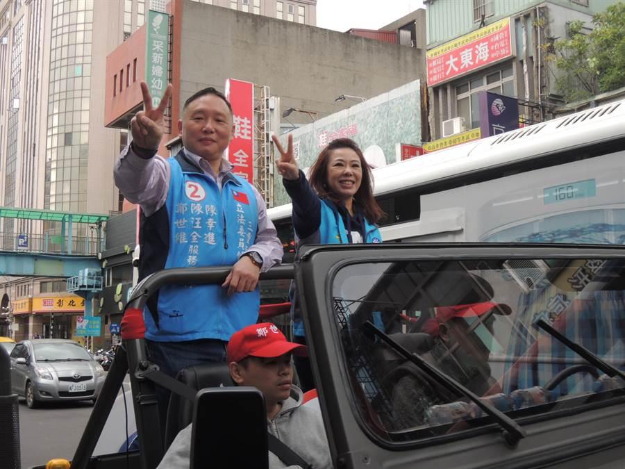 立委李彥秀(右)及新北前議長陳幸進之子陳汪全,15日也來到鄭世維競選總部陪同車隊掃街。(吳岳修攝)