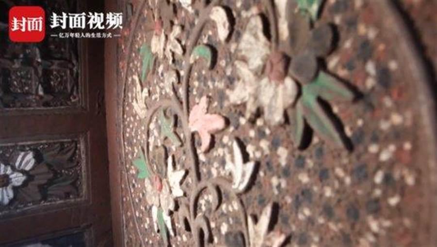 古墓牆壁上的雕刻,顏色都保存的相當良好(圖翻攝自/看看新聞)