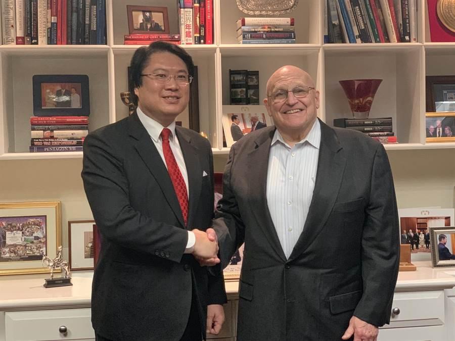 基隆市長林右昌(左)於台灣時間13日拜訪美國小布希政府時任副國務卿阿米塔吉(Richard Lee Armitage)(右),彼此交換許多意見。(基隆市政府提供)