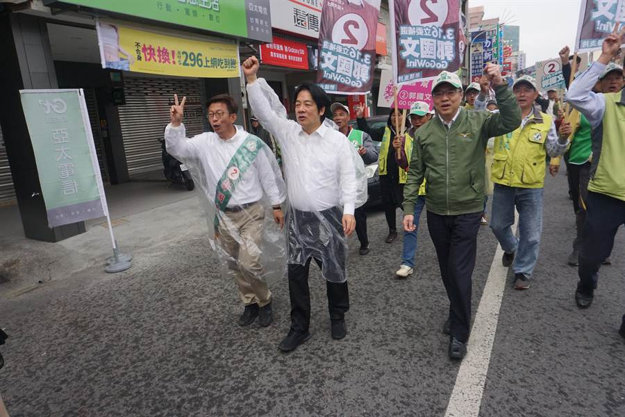 今天上午賴清德和卓榮泰陪同郭國文以徒步方式在新化和新市掃街拜票,不少鄉親熱烈回響支持。(李其樺攝)