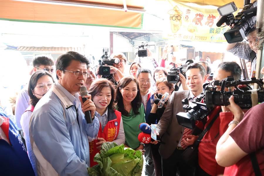 高雄市长韩国瑜的妻子李佳芬15日上午前进麻豆,与国民党候选人谢龙介的妻子李佳芬合体,两人徒步前往市场拜票,随后谢龙介也前往会合。(刘秀芬摄)