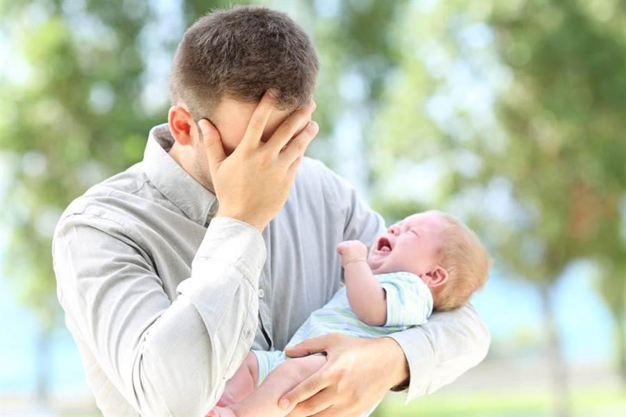 網友擔心收入不夠,不想生小孩。(達志影像/shutterstock提供)