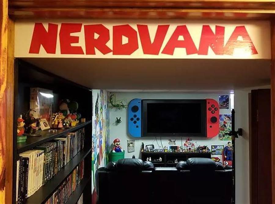 內部牆壁貼上海賊王、超人等壁紙,還擺有各式各樣的公仔(圖翻攝自/suprman9)