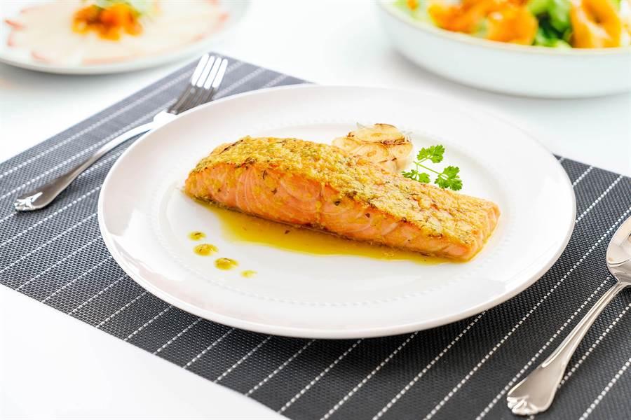 看好冷凍調理食品市場潛力,全家超商引進美威精選鮭魚菲力輕鬆烤系列。(品牌提供)
