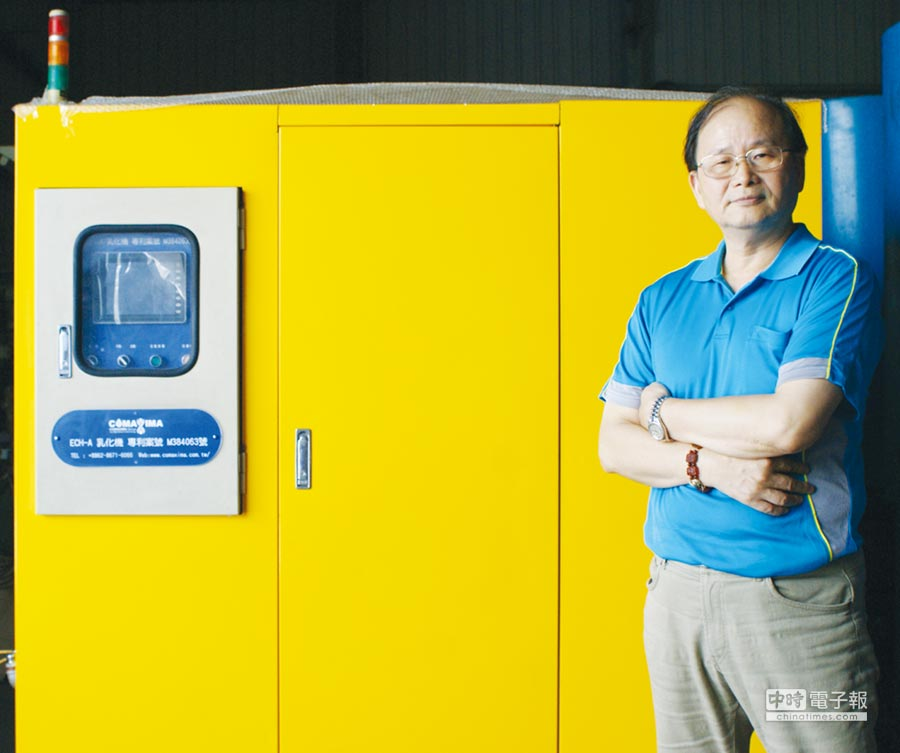 康美斯綠能科技總經理莊金發,後方即為他所研發「ECH-A均質節能重油設備」。圖/傅秉祥