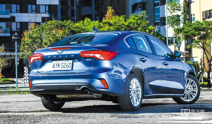 All-New Focus同樣維持簡潔短車尾的設計傳統,上方也提供鯊魚鰭及尾翼的配置,為車輛行進時提供良好的下壓力表現。圖/陳慶琪