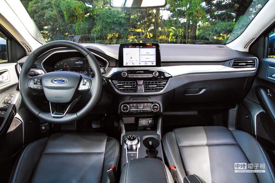 All-New Focus的車室按鈕較上代車型減少50%,因此,除了基本的音響控制及空調旋鈕外,其餘的系統皆整合於上方的6.5吋SYNC3觸控螢幕。圖/陳慶琪