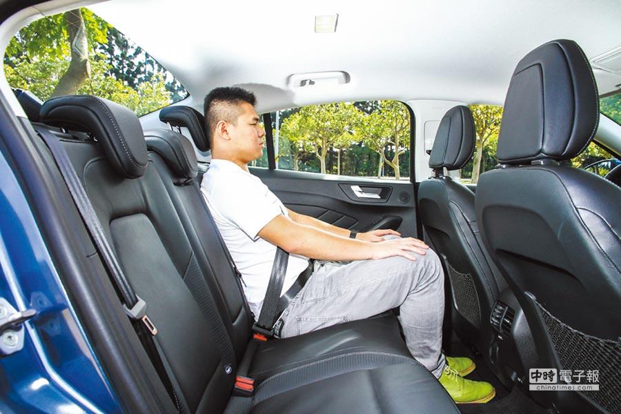 以一名174cm的成人入座後,膝部的空間表現仍然十分寬裕。圖/陳慶琪