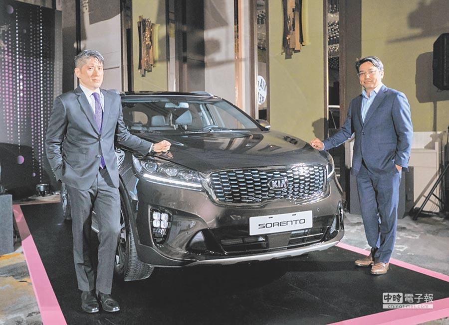 森那美起亞總裁史貴能(左)與起亞汽車集團亞太區總部行銷經理Will Choi(右)一起為2019年式全新改款Sorento揭車。圖/陳慶琪
