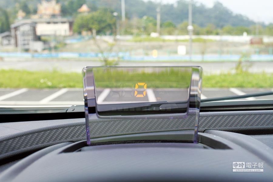 標配HUD抬頭顯示器,羅列多項行車資訊,不須低頭便能掌握當前行車狀況。圖/陳慶琪