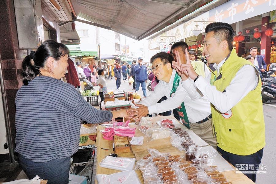 新竹市长林智坚(右一)昨上午来台南,与民进党台南立委补选候选人郭国文(右二)在新市菜市场拜票。(李其桦摄)
