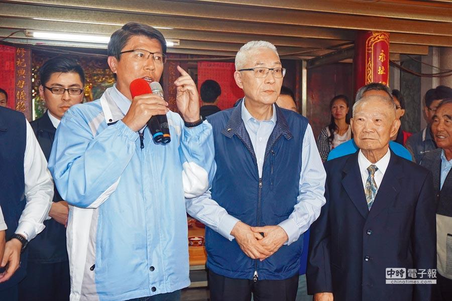 谢龙介(前左)昨天上午偕同国民党主席吴敦义(前中)参拜新市永安宫,谢龙介向乡亲喊话争取支持。(李其桦摄)