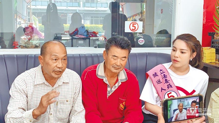 无党籍台南市立委补选候选人陈筱谕(右一)昨下午在竞选服务处和麻豆柚农座谈。(李其桦翻摄)