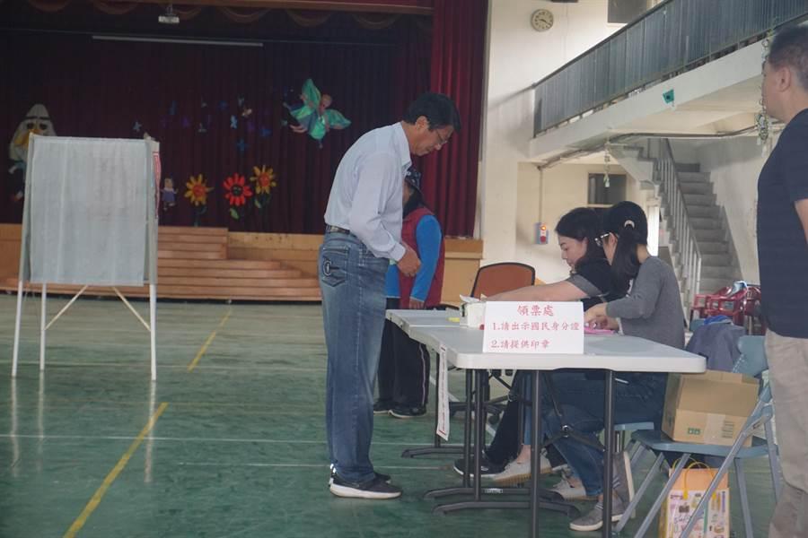 國民黨台南立委補選候選人謝龍介,今天上午9時許由堂哥陪同,前往新市國小旁活動中心投票。(李其樺攝)
