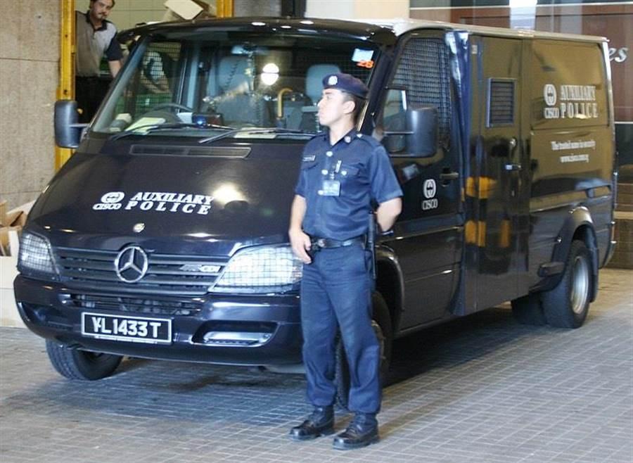 一名新加坡輔警正在執行勤務此,此為示意圖。 (擷圖自Wikimedia Commons)
