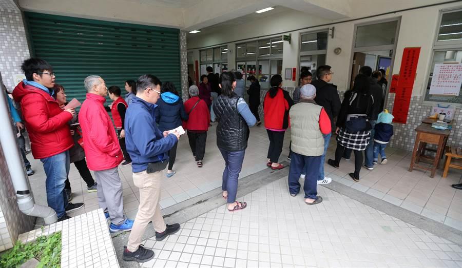 新北市三重區(第3選區)立委補選16日投票,雖然是補選,但部分投票所仍出現排隊人潮。(黃世麒攝)