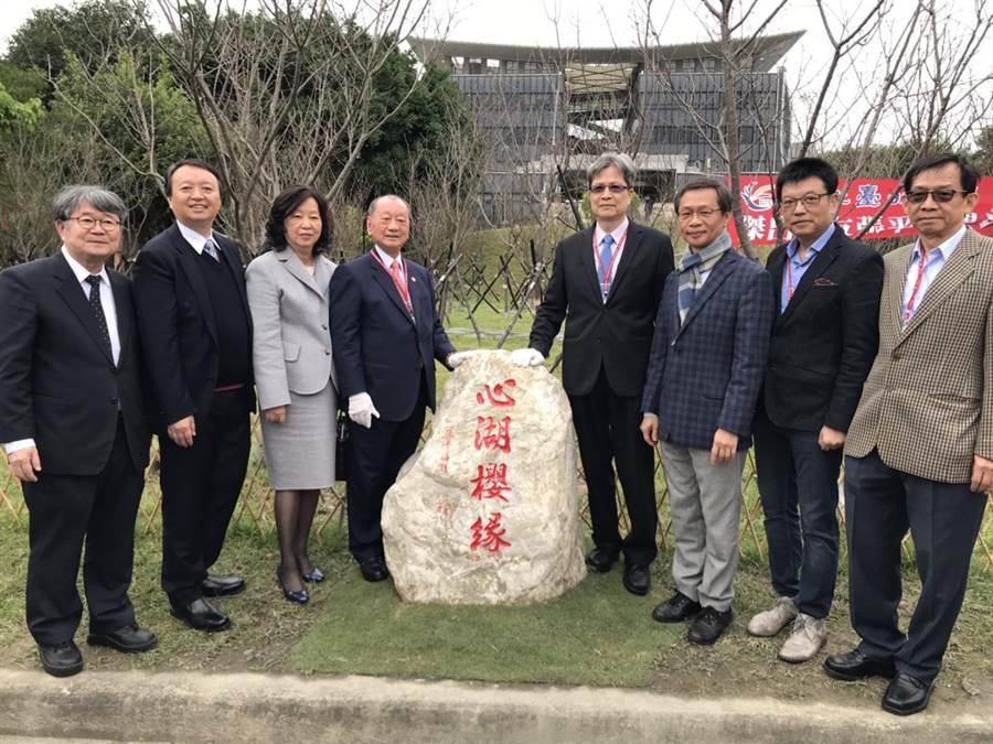 燿華集團總裁張平沼捐贈校方800棵櫻花樹,打造北大成為賞櫻新亮點。(葉德正攝)