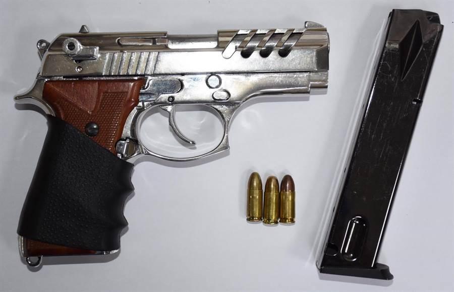 案發8小時,警方在台中逮捕開槍的陳姓男子,並查獲改造槍枝1把及子彈3發。(何冠嫻翻攝)