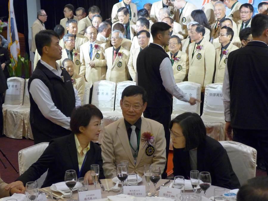 蔡英文總統(右)與台中市長盧秀燕(左)參加磐石會活動,兩人中間雖隔著一個座位,但互動熱絡。(林欣儀攝)