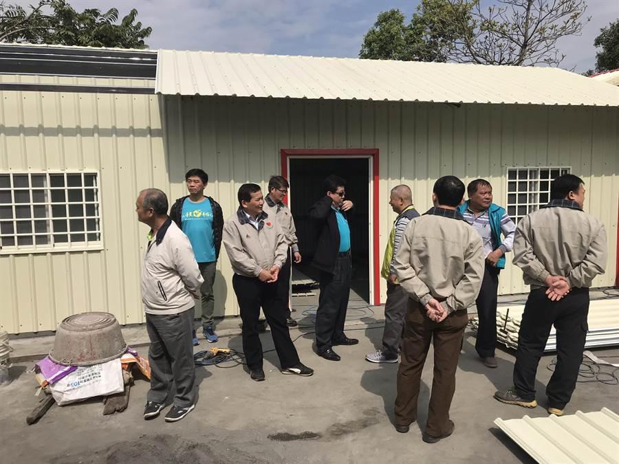 北斗警分局志工中隊與慈善單位,前往邱女娘家,為她搭建病後療養的鐵皮屋。(北斗警分局提供)