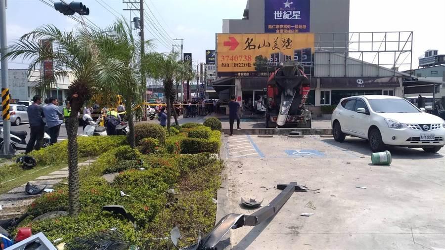 一部混凝土車不明原因撞路邊休旅車,休旅車再撞進烤鴨店內,造成3人受輕傷送醫。(林雅惠翻攝)