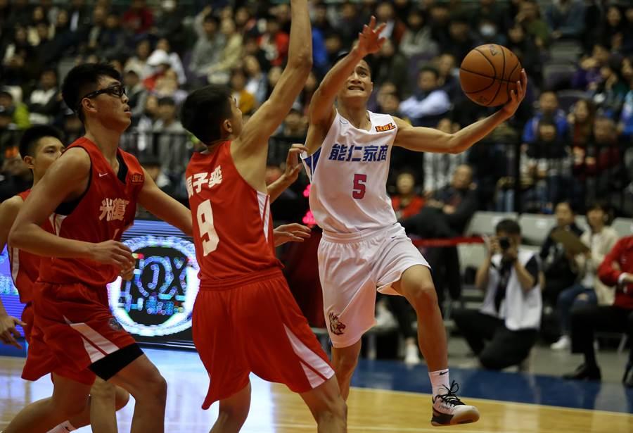 能仁家商控衛高錦瑋(右)帶球切入左手上籃。(李弘斌攝)