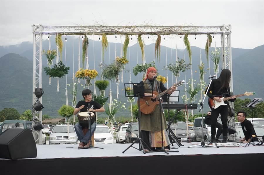 林管處賞螢趣「螢火蟲世紀婚禮」今在光復鄉的大農大富平地森林園區開幕,歌手莫言帶著團隊演出。(張祈攝)
